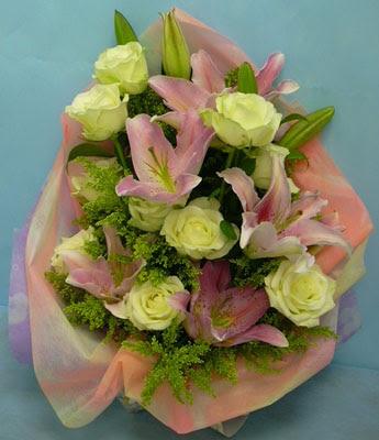 11 adet gül ve 2 adet kazablanka buketi  Iğdır Enginalan uluslararası çiçek gönderme