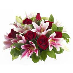 güller ve kazablnaklardan aranjman  Iğdır çiçek yolla yurtiçi ve yurtdışı çiçek siparişi