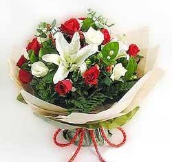 güller ve kazablanklardan görsel bir buket  Iğdır Enginalan uluslararası çiçek gönderme
