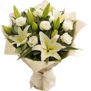 Iğdır çiçek yolla yurtiçi ve yurtdışı çiçek siparişi  3 dal kazablanka ve 7 adet beyaz gül buketi