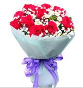 12 adet kırmızı gül ve beyaz kır çiçekleri  Iğdır Halfeli cicek , cicekci
