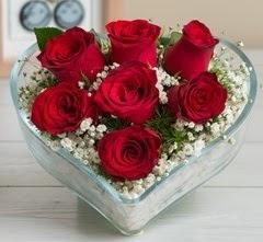 Kalp içerisinde 7 adet kırmızı gül  Iğdır 14 kasım hediye çiçek yolla