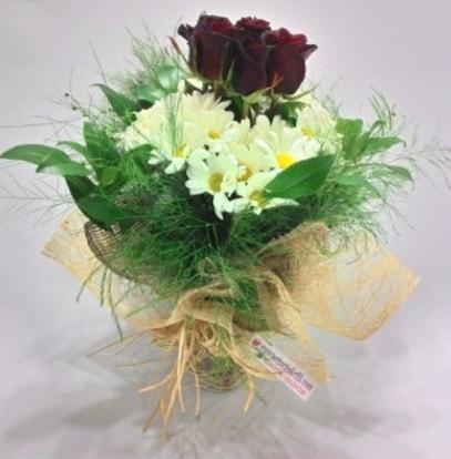 5 adet kırmızı gül ve kırızantem buketi  Iğdır Hoşhaber çiçek servisi , çiçekçi adresleri
