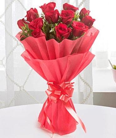 12 adet kırmızı gülden modern buket  Iğdır 12 eylül çiçekçi mağazası